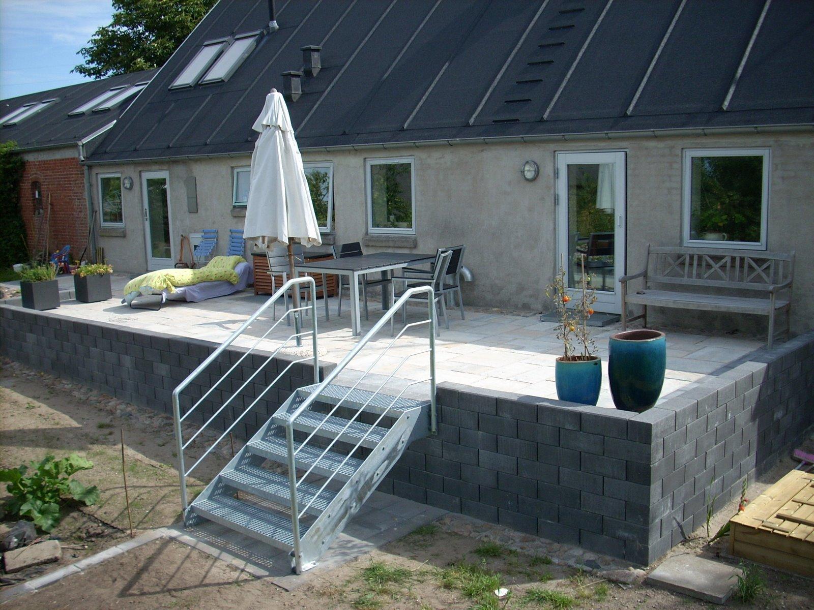 Hævet terrasse med fliser